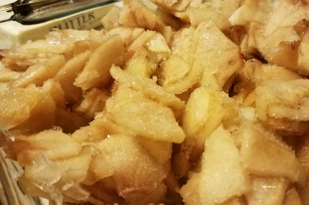 Delicious apple crisp. Taste the crunch from the topping and enjoy the sweet apples for a sweet treat.. - eattravellife.com