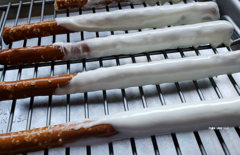 Need a quick Halloween treat to make? You'll want to make these mummy pretzel rods. Quick and simple. And they don't take long to make.