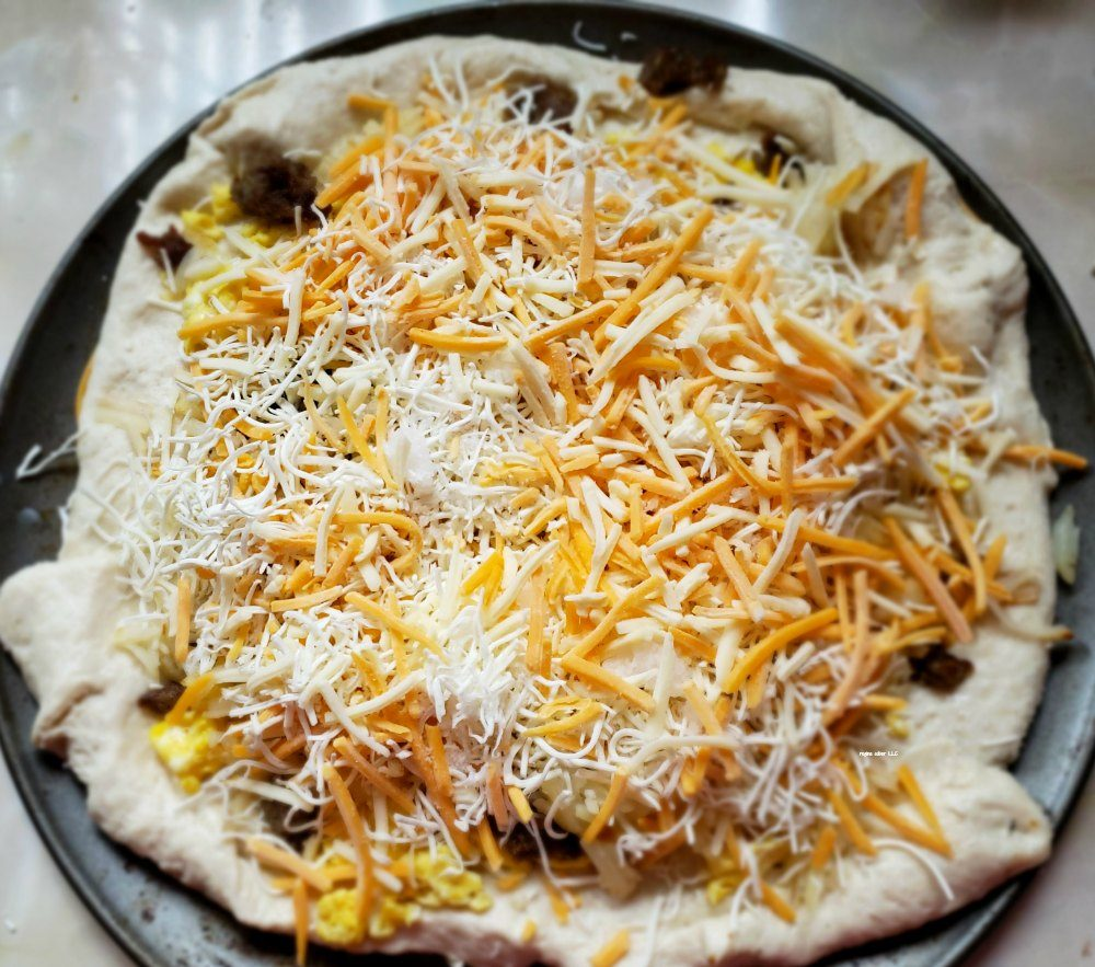 I love recipes where you can take leftovers and turn them into another meal. See how you make this homemade breakfast pizza easy. - eattravellife.com